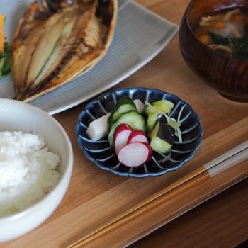 お漬物は一汁三菜には含まれませんが、お漬物がある時はご飯と汁物の間に。