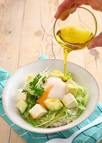 エキストラバージンオリーブオイルの場合は、加熱するよりも生で食べる方が香りづけができて摂取しやすいです。そのまま食べることで成分も摂りやすくなりますし、何より簡単で手軽に食べられるのはメリットだといえます。
