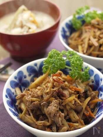 和食にぴったりな牛ごぼう。きんぴらにも似ていますが、コチュジャンや唐辛子でピリ辛に仕上げつつ、オイスターソースでコクを出すので、ご飯がより進みます。
