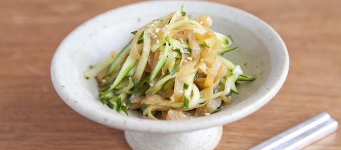 中華料理では前菜の定番、クラゲのサラダをおうちでも。コリコリとしたクラゲときゅうりは食感が心地よく、甘酢のさっぱりとした味と相まってクセになります。