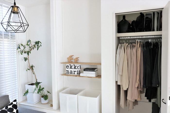 お洋服をクローゼットなどの密閉空間に保管するときは、湿気が大敵です。湿度が高い状態で保管することで、洋服が傷んだりカビや臭いの原因になることも…。洗濯物を取り込んだ後は、しっかり乾ききっているかを確認してから収納したり、時々クローゼットの換気をして湿度調整をするなどの対策が必要です。