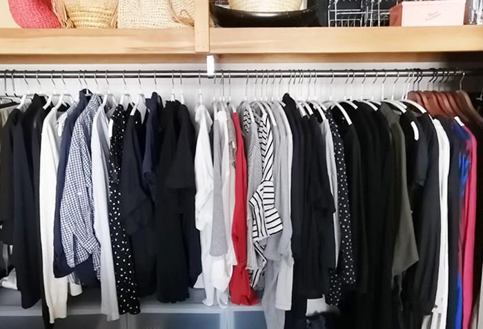 服のダメージを予防するには、それぞれの形に合った、服が安心して休めるようなハンガー選ぶことが大切。でも、収納ハンガーの形や色にバラつきがあると、統一感のないごちゃついた印象になりがちです。同一メーカーのアイテムや、同じ色・素材のハンガーで揃えてあげると、すっきりとまとまります◎