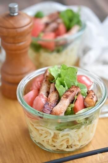 水気を切ったパスタに市販のめんたいマヨネーズであえるだけの簡単レシピ。トマトやレタス、カリカリの厚切りベーコンを加えて食べごたえのある冷製サラスパです。
