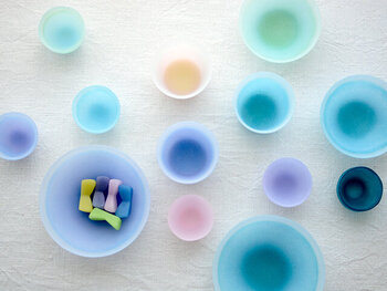 主に鋳造技法によって製作を行っている、ガラス作家の手塚えりかさん。そのガラスの器はまるでシャーベットのように淡く幻想的な色合いで、思わず目を奪われます。