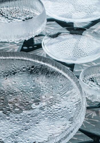 フィンランドの最北端・ラップランドの氷が溶ける様子をモチーフにしたのが「ウルティマツーレ」シリーズ。ガラスのアイテムが人気のiittalaの中でも、特に清涼感を感じさせるデザインです。