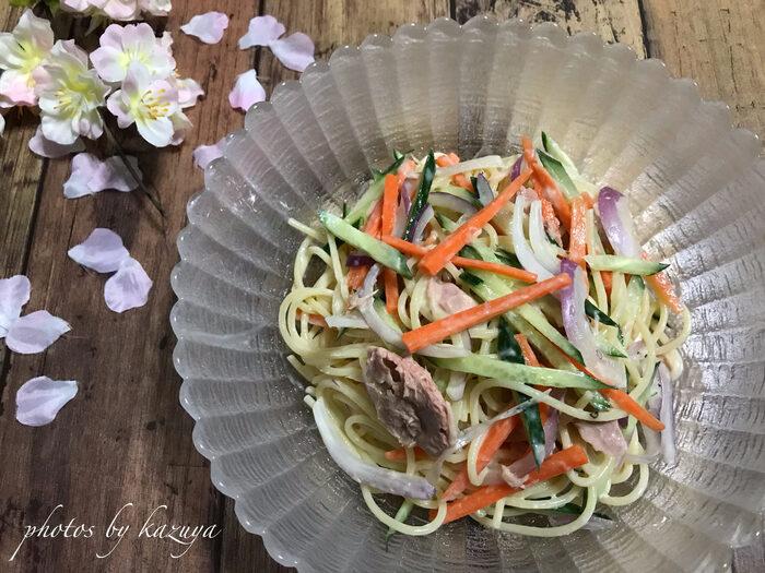 わさびをきかせた和風サラスパレシピ。きゅうり、にんじん、赤玉ねぎにシーチキンなど具材もたっぷりと入っていて見た目も華やか!食べごたえもある和風サラスパです。
