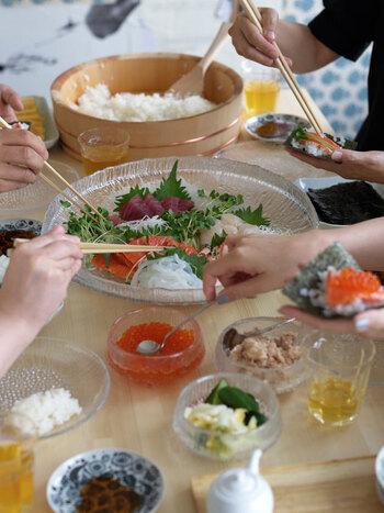 和の食材との相性も良く、お刺身や手巻き寿司の具材を盛り付けるのもおすすめ。手前のボウルや取り皿もウルティマツーレシリーズのものなので、食卓に統一感が出ています。