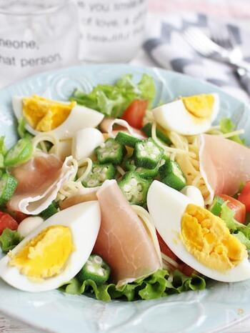 レタスやオクラ、トマトにゆで卵、生ハム、モッツアレラチーズなど野菜がたっぷりと入った栄養価も高く満腹感の得られるごちそうサラスパ。お好みのドレッシングをかけるだけなので簡単に作れますよ。