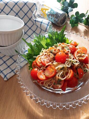 納豆とミニトマト、大葉を使った後味スッキリのヘルシーサラスパレシピ。オリーブオイルと麺つゆ、お酢などであえているのでさっぱりと食べられますよ。