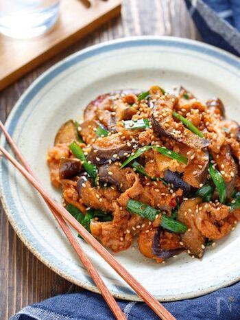 焼肉のたれベースのピリ辛タレで、ご飯が進むスタミナ満点の一皿。ビニール袋になすと調味料をもみ込んで炒めることで、洗い物を減らしつつ10分で完成します。