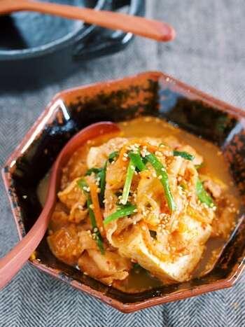 和食でお馴染みの肉豆腐をピリ辛にアレンジ。キムチを使うので、コチュジャンや豆板醤がなくても作ることができるのが嬉しいですね。