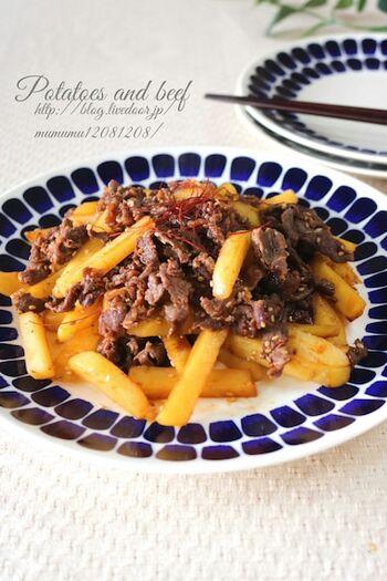 じゃがいもと炒めることで、ボリューム満点のピリ辛おかずに。にんにくを使うことでスタミナアップに繋がりますが、お弁当に入れるなら控えても。