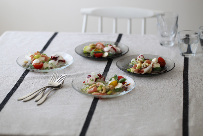 透明感が美しいガラス食器は、涼し気で夏のテーブルコーディネートにはぴったり。サラダやフルーツを盛り付けたり、冷たい麺類に使用したりするだけでなく、取り皿やケーキ皿として使うのも素敵です。