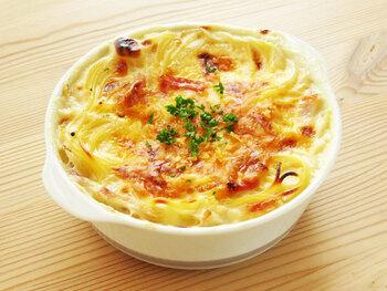 パスタを茹ですぎてしまったら、パスタグラタンを作ってみましょう!とろりと溶けるチーズがたまりませんよ。マカロニよりもお手軽に作れます。
