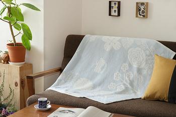 通気性や保温性にも優れているので、夏は冷房対策、冬は体をあたためる毛布や膝掛けなど、外気に適した温度調節に使え、一年中快適に使用できます。