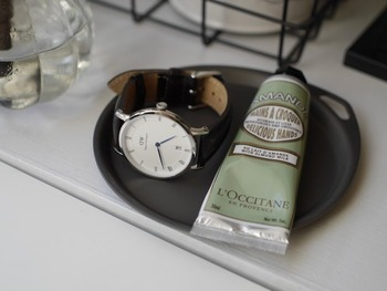 小さめの丸いトレイは、腕時計の定位置に。時計をつける前に使いたいハンドクリームも一緒に置いておけば、塗り忘れることもありません。マットな質感でお部屋のどこに置いても様になります。