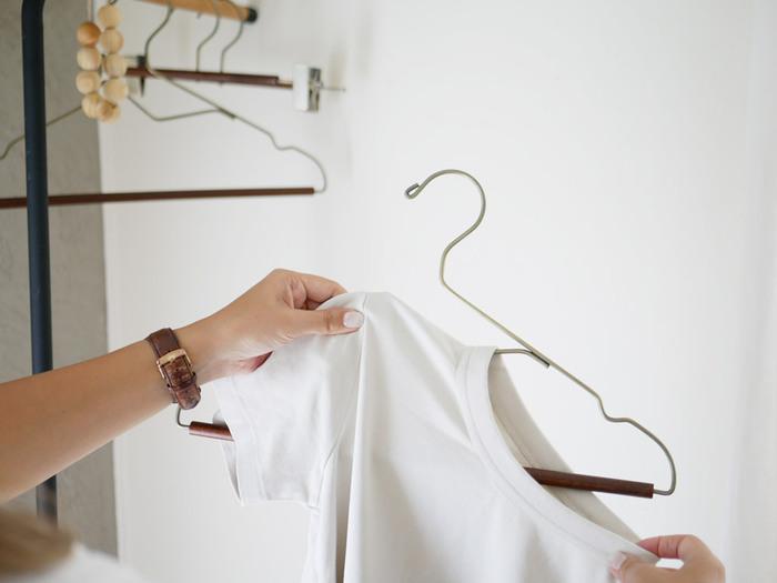 アンティークゴールド×木の暖かい雰囲気を感じるハンガー。Tシャツをハンガーに掛けるとき、襟元が伸びてしまった経験はありませんか?このハンガーはS字に切り込みがあり、掛ける時にダメージを与えてしまう心配もありません。