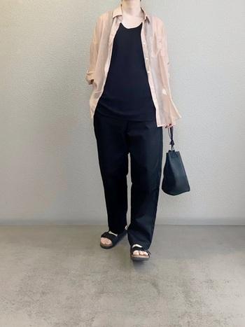 オールブラックに、ピンクのシアーシャツをアクセントに使ったレイヤードテクニック。かっこよさのなかにも、どこか女性らしい雰囲気を感じるのは、シアー感があってこそ。思わずマネしたくなるスタイルです。