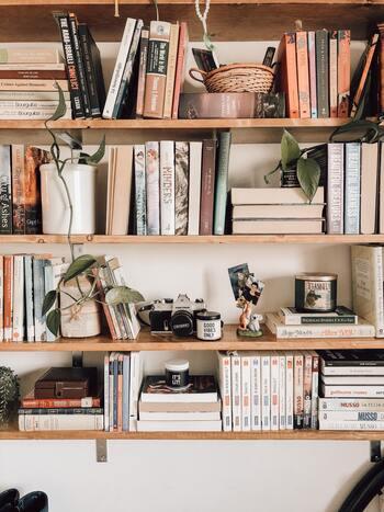 シェルフやラックに物を収納したいときには、あらかじめしまいたいもののサイズや量を把握しておきましょう。  例えば本の収納では、いざ入れてみたら大型本が収まるスペースがない、こともあり得ます。入れたいものが全部入りきらず、ミニ本棚をもうひとつ買うはめになった…なんてことも。  容量を把握して、効率良く収納できるアイテムを選びましょう。