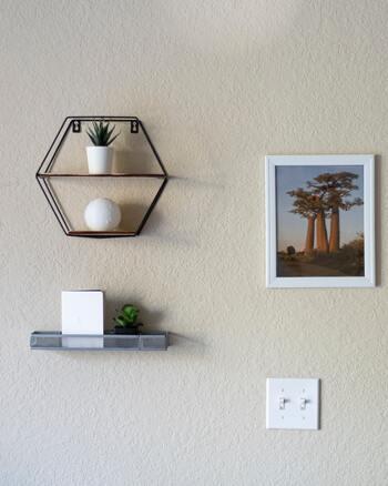 収納家具では、見せ方を考えるのも楽しみのひとつです。シェルフやラックは、ディスプレイとして楽しむのもアリ。壁に取り付けたり、棚の空間を上手に使ったりと、インテリアの一部としてお部屋にぴったりの演出を考えてみましょう。  実際に収納したらどんな雰囲気になるか、イメージを膨らませて選ぶと良いですよ。
