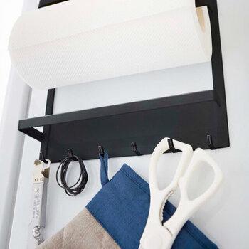 下段は布巾ホルダーと6つのフック付きです。手前のホルダーにはふきんやタオルなどを掛けて使うのもアリ。その背後に並んだシンプルなフックは使い勝手が良くて便利。よく使うものをまとめてストックできるのが良いですね♪