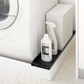 洗濯機横のあるあるデッドスペースのこちらも、板さえあればラックに早変わり。洗剤など、洗濯機周りに置きたいアイテムはさまざま。こんな風に空間を使えば、少ないスペースで上手に収納することができます。