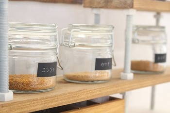 見せる収納では、収納するアイテムのデザインもポイント。こんな風に、同種類の瓶に入れてラベリングなどをすれば、見やすいだけでなく統一感も出ておしゃれになります♪