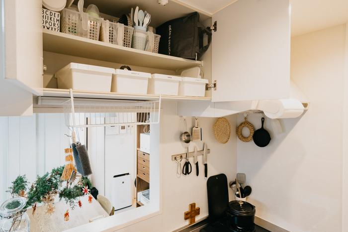 キッチンの吊り戸にワイヤーネットタイプのバスケットを設置しているときは、そこもS字フックをかければ、収納に使えます。奥行のある広い面積の好きなところにフックをかけられるので、収納が立体的になります。