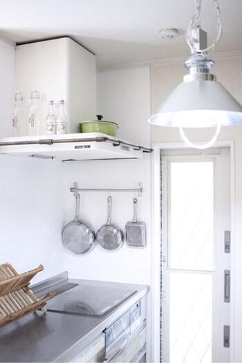 こちらのキッチンは、人気ブロガーでもある、ライフオーガナイザー・山本瑠実さんのキッチン。細かなキッチンツールではなく、フライパンを吊り下げています。  白を基調としている空間なので、フライパンのシルバーの美しさが引き立ちます。陽が差し込んだときの表情もかっこいいですね。  フライパンや鍋を買うときから、統一感を意識して揃えることも、ひとつの大事な要素だということに気づかされます。