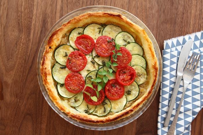 生地も具材もすべて丸! 見た目が可愛らしいピザレシピです。 お友達とのホームパーティーやちょっとしたおもてなしにも喜ばれそうな一品ですね。 オレガノとオリーブオイル、パルミジャーノレッジャーノを使って風味豊かに仕上げています。