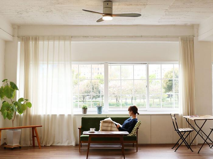 リゾート感のある空間をつくるシーリングファン。夏は風を感じられるよう床に向かって、冬は風が人に当たらないよう天井に向かって流れをつくるのだそう。見た目のおしゃれさだけでなく、空気を循環させることで室内の温度差を調整し過ごしやすい空間をつくってくれます。
