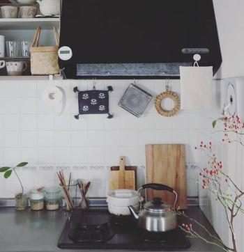 お花のテキスタイルの鍋敷きや、上でご紹介したわら鍋敷き、シンプルなカッティングボードなど・・・インテリア性の高いアイテムが上手に配されています。どこか北欧のテイストを感じる、素敵なコーディネートです。