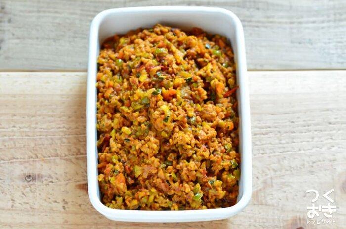 お肉と野菜をバランスよくとれるドライカレー。スパイスの香りで食欲増進効果もあるので、夏の暑い日にはピッタリです。たくさん作って冷凍しておけば、レンジでチンするだけでいつでも食べられますよ! 炒めているうちに野菜から水分がたくさん出てくるので、しっかりと飛ばしてくださいね。隠し味にオイスターソースをプラスすると、味に深みが出ます。