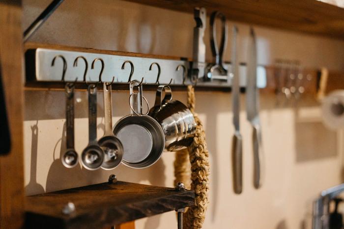 """上ではマグネット付きのフックをご紹介しましたが、こちらは逆転の発想。マグネット付きの面に、鉄フックをくっつけるアイデアです。  この""""マグネット付きの面""""は、IKEAのナイフラックの商品なのだそう。このような使いみちも素敵ですね。"""