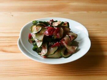 こちらも野菜ひとつで完成するお手軽メニューです!ズッキーニはサッと湯がくと、しんなりとして味がなじみやすくなります。  塩もみの必要がなくなるので、塩分を控えめにしたい方にもおすすめの方法です。 そのままいただくのはもちろん、しそと合わせたり、蒸した鶏肉に添えたりしてもおいしいですよ!
