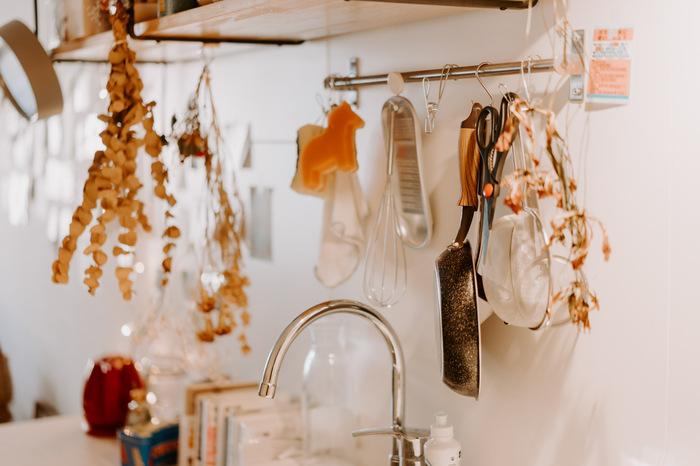 上で触れたように、キッチンはステンレスや鉄などの金属製が多くを占めがちだからこそ、柔らかい雰囲気を生むアイテムを取り入れたいものです。  例えばスワッグが好きな方は、このように、しっかりと乾燥したものをアクセントとして取り入れても。キッチンとは思えないほど生活感が消えて、自然の安らぎが感じられます。
