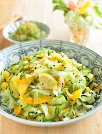 黄色と緑のズッキーニを使った、見た目にも爽やかなサラダ風の和え物レシピです。ゆず胡椒のぴりりとした刺激と、レモン果汁の酸味でさっぱりといただけますよ。ズッキーニもキャベツも水分を多く含んでいる野菜。  味がぼやけないよう、しっかりと水けを切っておきましょう。