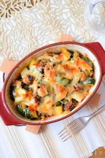 キムチの辛みとまろやかなチーズのうまみが絶品のお手軽レシピ。ズッキーニをはじめ、野菜がたっぷり。おかずとしてはもちろん、おつまみにもなりますね。甘めのキムチを使えば、お子さんにも喜ばれそう。基本のレシピを参考に、お好みの野菜をプラスしてみても◎