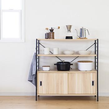 しまうものがたくさんあるときには、ボックス付きのシェルフもおすすめ。こちらは、見せる収納と見せない収納がドッキングしたシェルフです。コーヒーツールやお鍋、お気に入りのお皿など、良く使うものは上の棚に。食べ物のストックやたまにしか使わない食器などは、下の引き戸付きスペースに収納しましょう。
