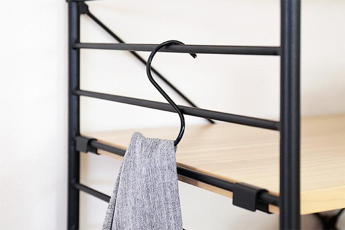 サイドのフレームで棚の高さ調節ができるので、置きたいものに合わせて微調整することも可能。さらに、S字フックなどを使えば、タオルやミトンなどもサイドに掛けられて便利です♪