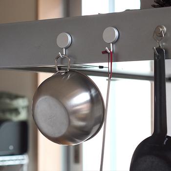 マグネット付きのフックを使えば、レンジフードの外側の面なども収納に使うことができますよ。