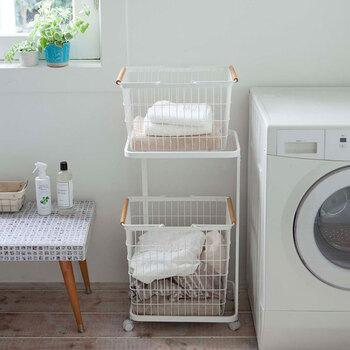 洗濯物のカゴは、洗う前と洗った後で分けたりといくつか必要になることも。下に並べて置くとスペースが狭くなってしまうのが難点ですね。こちらは、そんな悩みを解決してくれるラック。縦に並べることで空間の節約になります。