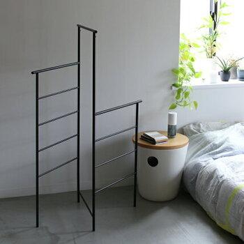 こちらは、置くだけで静逸な雰囲気が漂うシンプルなハンガーラックです。使うときも使わないときもオブジェのように様になるのが魅力。服やカバン、タオルなど、ささっと手に取りたいものを掛けておきましょう。使わないときは折りたたんで壁に立て掛けられるのも便利なポイントです。