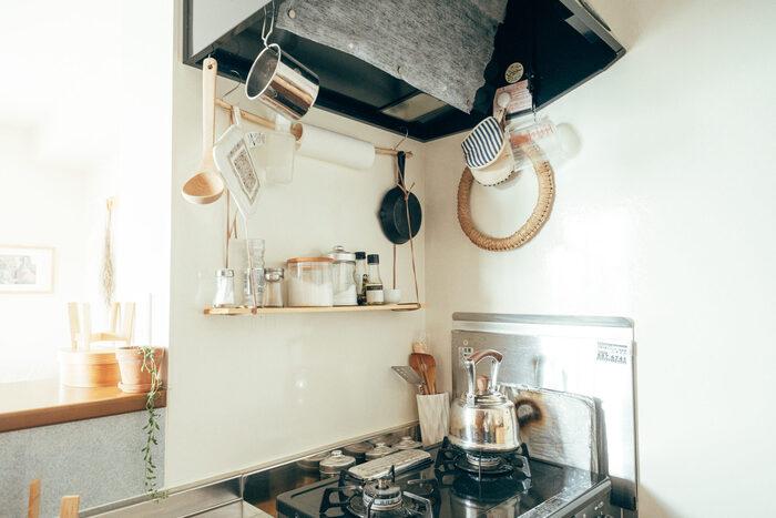 吊るすキッチン収納をご紹介しましたが、あなたのお手本になりそうな実例はありましたか?すぐに取り出せるように出しっぱなしにしておきたいキッチンツールも、S字フックを使って定位置を決めてあげるだけで、インテリアの一部のような美しさを纏います。
