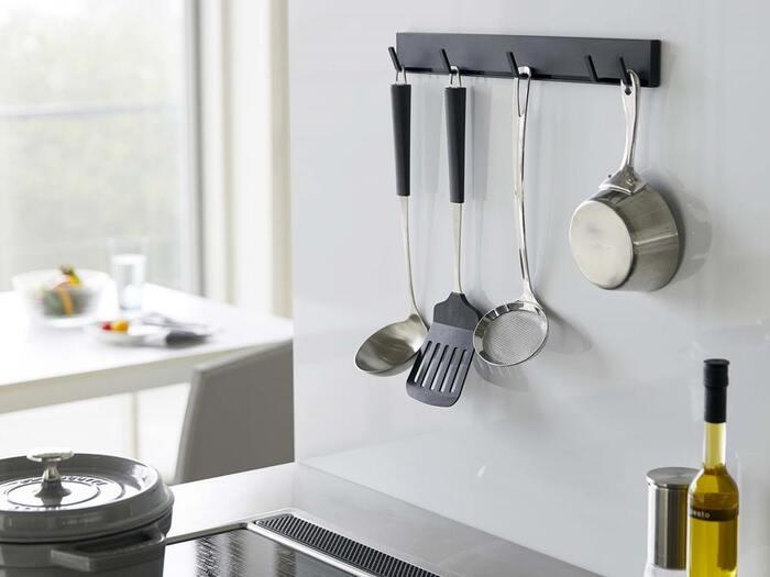 複数ひっかけられる、マグネット式のキッチンツールフックも登場しています。このフックはスライドで移動できるようになっているので、幅があるフタから軽量スプーンまで、いろんな使い道がありそうです。