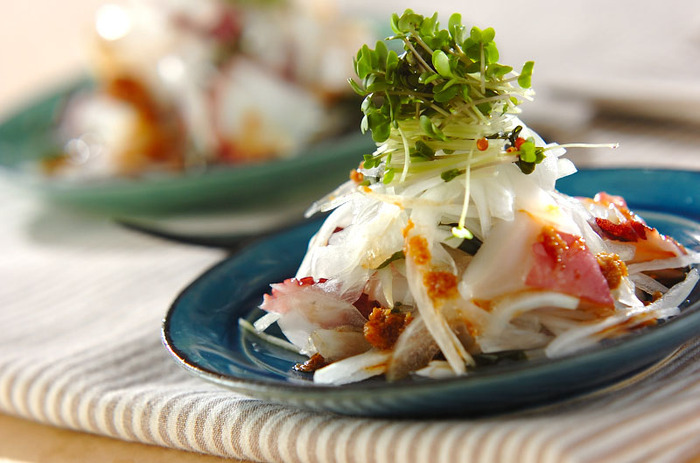 玉ねぎのシャキシャキとした食感を楽しむサラダ。平らなお皿にこんもりと盛りつけて、仕上げにブロッコリースプラウトをたっぷりのせて、おしゃれなレストラン風に。
