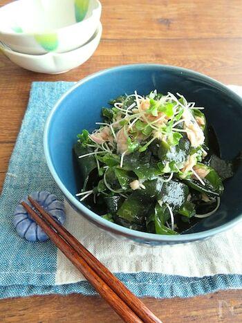 栄養たっぷりのブロッコリースプラウトを使った海藻サラダ。酢の物風の味付けでさっぱり美味しくいただきます。
