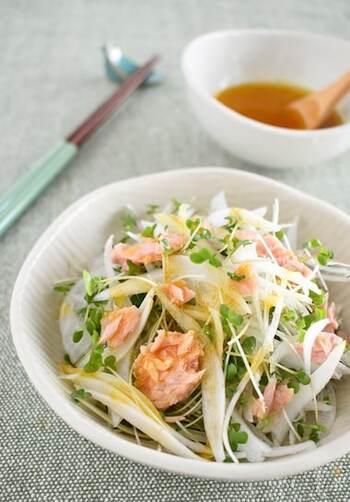 玉ねぎのシャキシャキ感を味わうサラダ。白だしベースのドレッシングは、カレー粉を隠し味に加わるのがポイント。