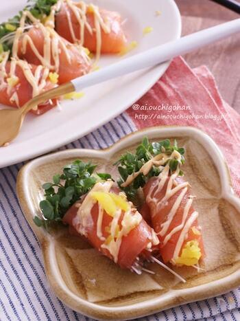 スモークサーモンでブロッコリースプラウトをクルクルッと巻くだけの簡単レシピ。華やかに見えるから、おもてなしにもオススメです。