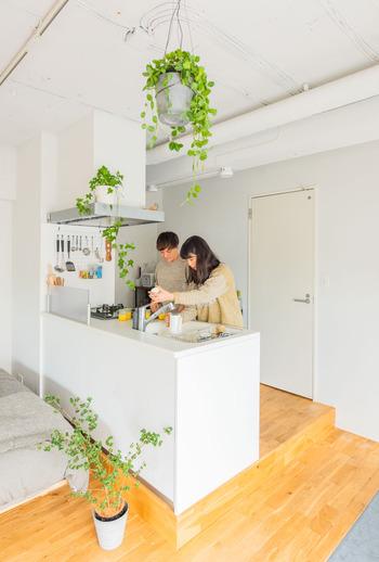 壁面側のレンジフードに白いワイヤーネットをひっかけて取り付けてもいいですね。そのネットにフックをかければ、様々なキッチンツールを収納できます。